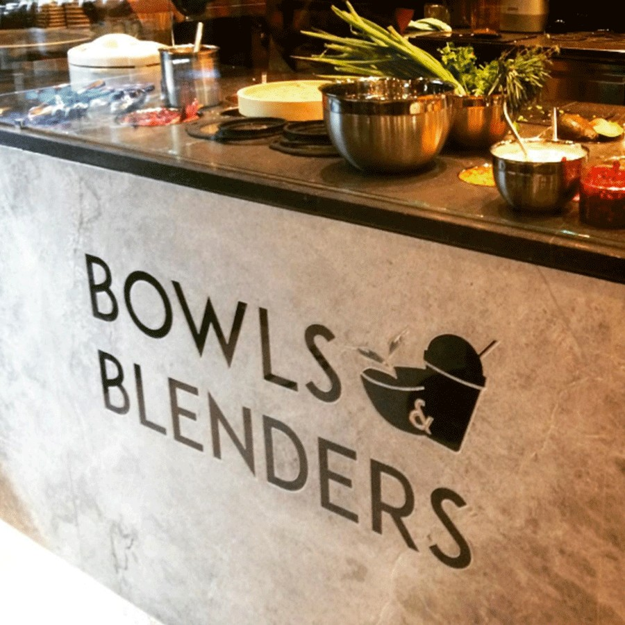 Bowls and Blenders Logo an der Theke